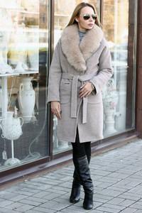 Шерстяное длинное пальто с английским воротником бежевое