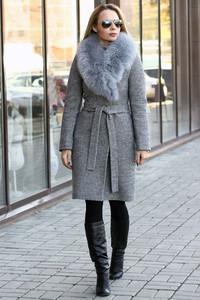 Модное теплое пальто ниже колена с меховым воротником на зиму