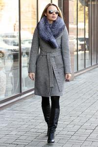 Элегантное удлиненное пальто с чернобуркой серое